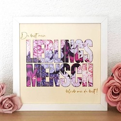 """▪BILDERRAHMEN """"LIEBLINGSMENSCH""""▪ Gestern spontan als Geschenk für eine liebe Freundin entworfen und heute schon im Shop. So sind ganz viele Artikel entstanden - durch euch 💕  Hier könnt ihr die gravierten Worte selbst auswählen und hinter dem """"Lieblingsmensch"""" ist Platz für ein 13 x 18 großes Foto. Das lilane Blumenbild liefern wir übrigens als Standard Bild im Rahmen mit - so kann man ihn auch ohne Foto hübsch verschenken. 🎀  #lieblingsmensch #bestefreundin #bff"""